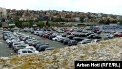Parkingu prapa Pallatit të Rinisë në Prishtinë pretendohet se është pronë e hebrenjve.