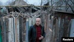 Голова Луганської військово-цивільної адміністрації Геннадій Москаль на місці одного з обстрілів (архівне фото)