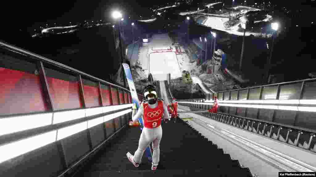 Стрибки на лижах з трампліна: Х'юнкі Кім з Підвенної Кореї чекає свого першого тренувального стрибка