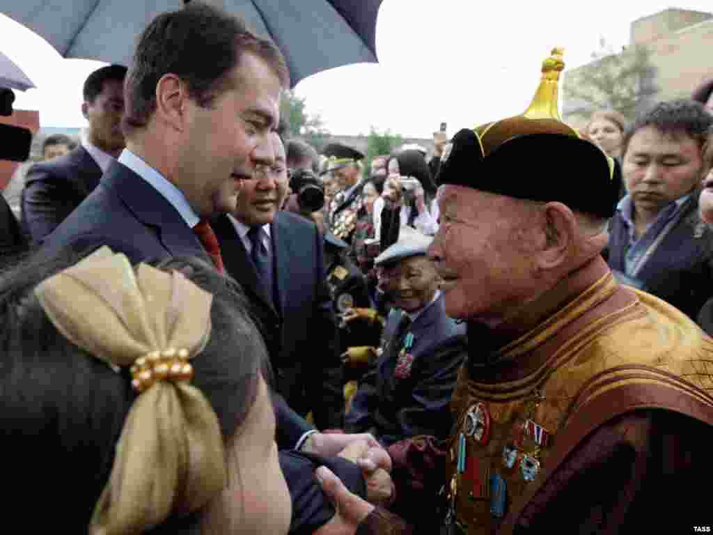 Российский президент Дмитрий Медведев во время визита в Монголию вручил награды ветеранам боёв на реке Халхин-Гол