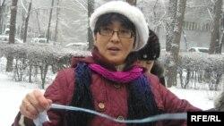 Азаптауға қарсы акция өткізіп тұрған Бақытжан Төреғожина. Алматы, 4 ақпан 2010 жыл.