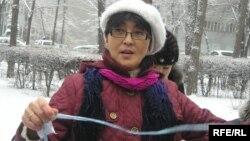 Бақытжан Төреғожина азаптауға қарсы акция өткізіп тұр. Алматы, 4 ақпан 2010 жыл