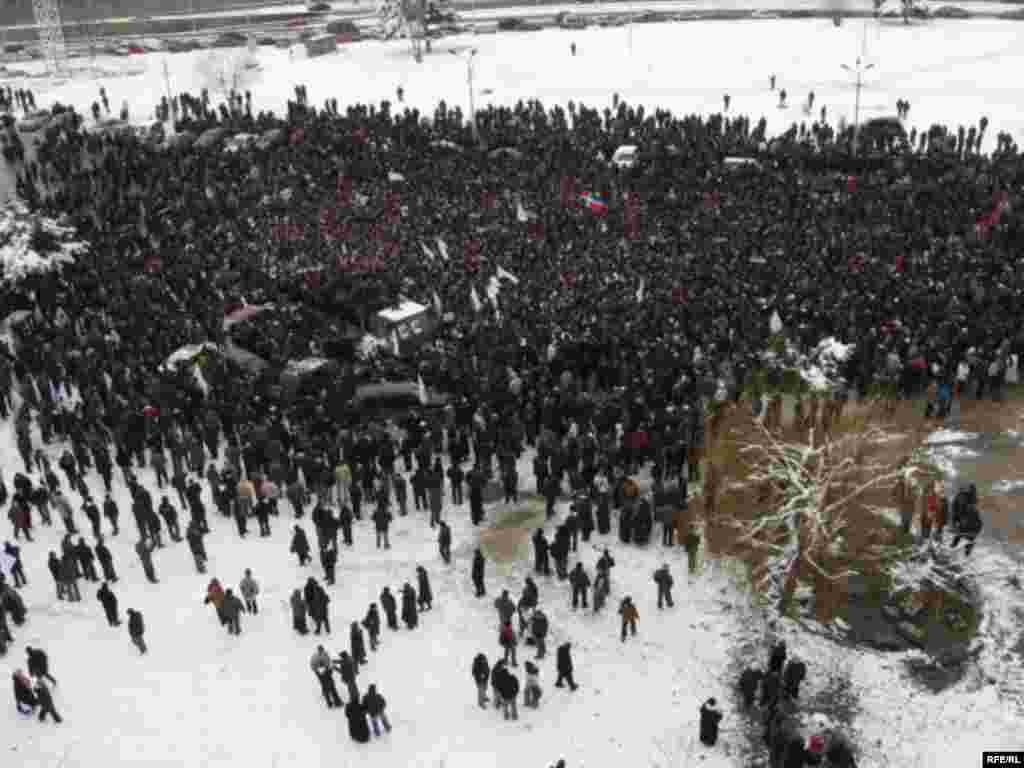 Грузия оппозициясе Тифлис урамында протест белдерә.