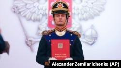 Солдат почетного караула несет Конституцию перед церемонией инаугурации Владимира Путина на очередной президентский срок. 7 мая 2018 года.
