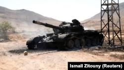 Уничтоженный танк армии Халифы Хафтара, советского производства, вблизи столицы Триполи