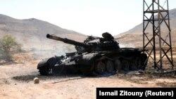Разрушенный и сожженный танк в Ливии.