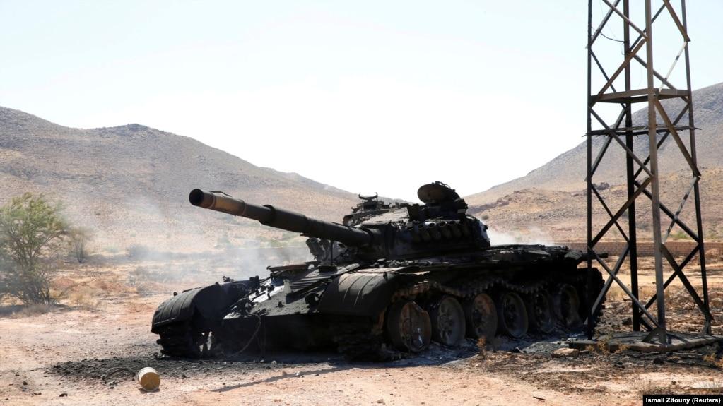 Сгоревший танк армии Халифы Хафтара