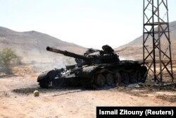 Подбитый и сгоревший танк ЛНА Халифы Хафтара советского производства. Январь 2020 года