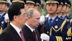 Қытай Халық Республикасының төрағасы Ху Цзиньтао (сол жақта) мен Ресей Федерациясының президенті Владимир Путин (оң жақта). Пекин, 5 маусым 2012 жыл.