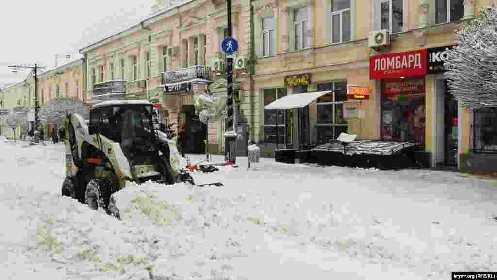 На вулиці Карла Маркса снігоприбиральна техніка розбирає снігові завали