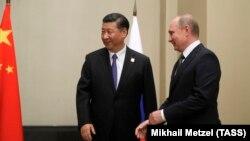 Председатель КНР Си Цзиньпин (слева) и президент России Владимир Путин