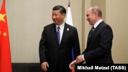 Си Цзиньпин и Владимир Путин на втрече Шанхайской организации сотрудничества в Астане 8 июня 2017 года (архивное фото)