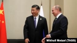 ШЫҰ саммитіне қатысуға келген Қытай төрағасы Си Цзиньпин (сол жақта) және Ресей президенті Владимир Путин. Астана, 8 маусым 2017 жыл.