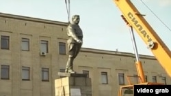 Демонтаж памятника Кирову в украинском городе Кировограде, переименованном в Кропивницкий.