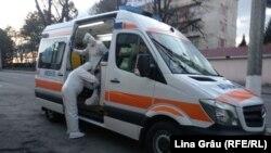 """Ambulanța aduce un nou pacient suspect de coronavirus la spitalul """"Toma Ciorbă"""" din Chișinău"""
