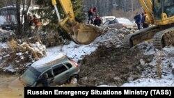 Поиски рабочих золотодобывающей артели на месте прорыва дамбы у деревни Щетинкино в Курагинском районе