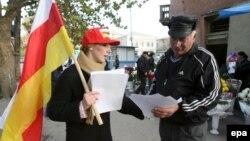 Источник в правительстве Южной Осетии, уверен, что сегодня нет никаких фактов, ставящих под сомнение деятельность югоосетинских неправительственных организаций. Однако бдительность надо проявлять всегда, добавил он