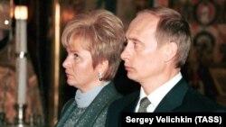 Владимир Путин мурдагы жубайы Людмила менен.