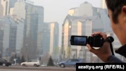 С видеокамерой в Алматы. Иллюстративное фото.