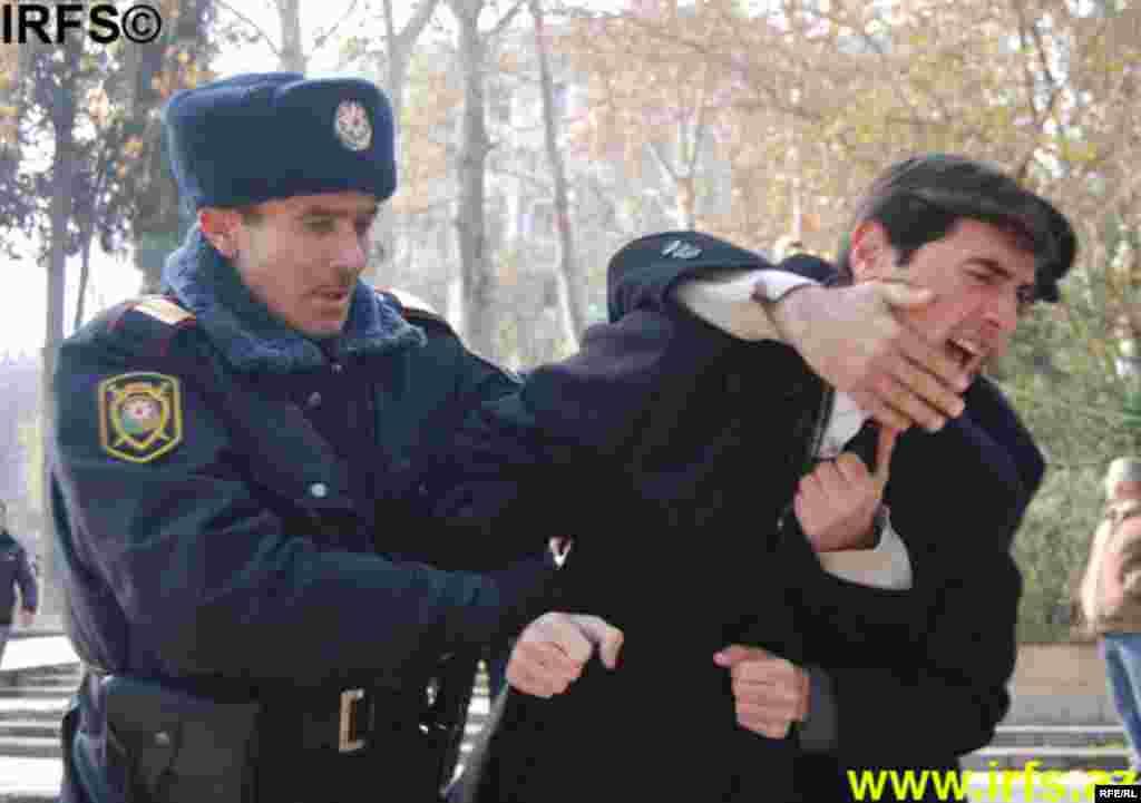 Polis Konstitusiya Məhkəməsinin keşiyində #3