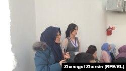 Жительница Актобе Аида Бекмагамбетова (слева, в платке) на встрече с депутатом мажилиса Бахытбеком Смагулом. Актобе, 9 января 2018 года.