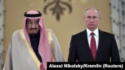 Mbreti Salman (majtas) dhe presidenti Putin gjatë takimit të tyre në Moskë javën e kaluar
