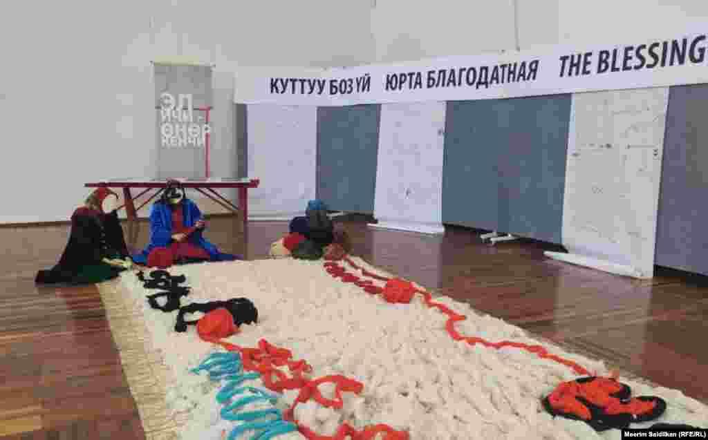 Алтынай Осмоеванын «Алтын кол» аттуу эмгеги.