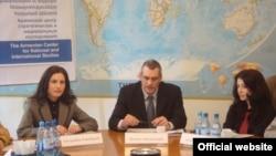 Армения - Директор Армянского центра стратегических и национальных исследований Ричард Киракосян (в центре), архив