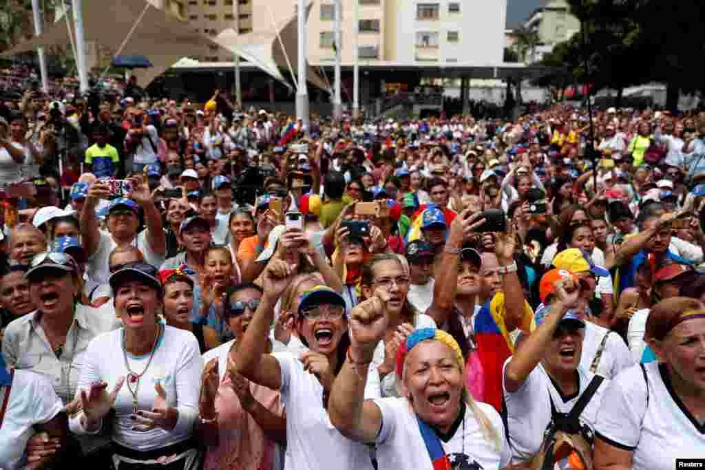 Хиляди се събраха за Международния ден на жената и в столицата на Венецуела Каракас. На събитието присъства провъзгласилият се за временнно изпълняващ длъжността на президент Хуан Гуайдо.