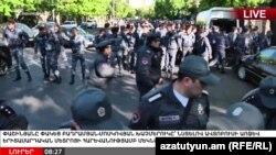 Полиция выставила кордон на проспекте Баграмяна, где расположено здание парламента Армении, 16 апреля 2018 г.