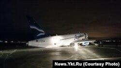 Лайнер со сломанными шасси в аэропорту Якутска