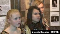 Томские школьницы на выставке