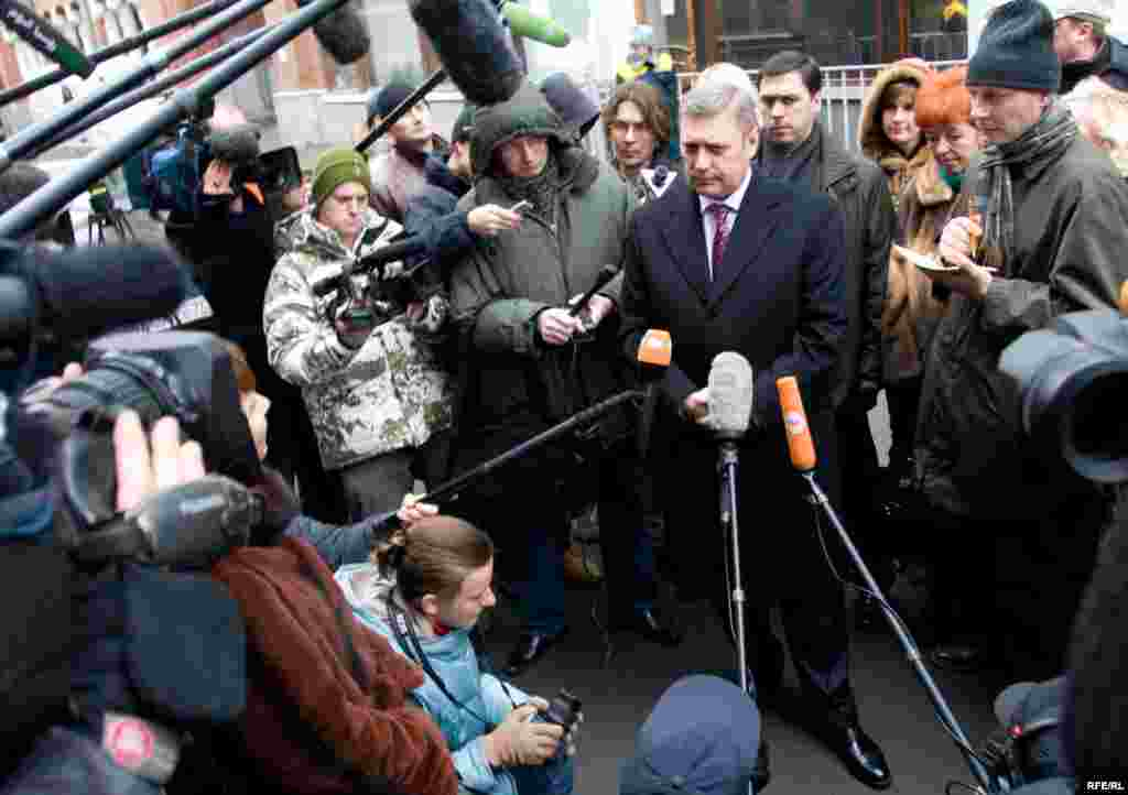 Russia -- Opposition leader, presidential candidate, former Prime Minister Mikhail Kasyanov interview near the central elections commission office in Moscow, reporters, journalists, 16Jan2008