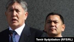 Омурбек Бабанов за спиной президента Кыргызстана Алмазбека Атамбаева.
