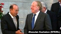 Александр Машкевич (слева) и исполнительный директор нефтегазовой корпорации ENI Паоло Скарони в кулуарах заседания Совета иностранных инвесторов
