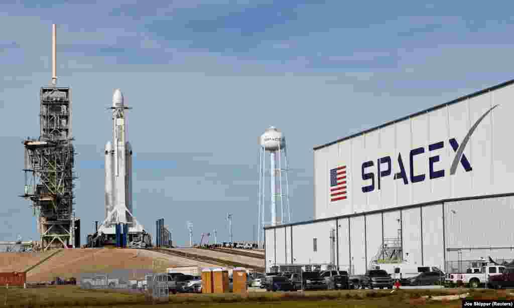 Кеннеди ғарыш орталығының 39A старт алаңына қойылған Falcon Heavy зымыран тасығышының ұшар алдындағы көрінісі.