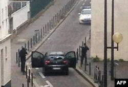 """Parisdə """"Charlie Hebdo"""" jurnalına hücum edənlərdən ikisi, 7 yanvar, 2015"""