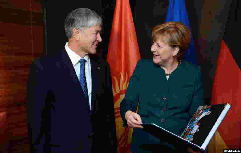 Вместе с орденом «Курманжан Датка» Атамбаев также вручил Меркель фотоальбом по итогам состоявшего в прошлом году ее официального визита в Кыргызстан. В свою очередь Ангела Меркель поблагодарила за эту высокую награду, и отметила, что всегда с особой теплотой вспоминает свой визит в Кыргызстан.