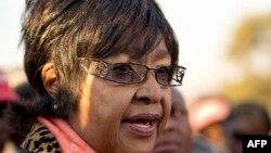 Вінні Мадікізела-Мандела розповідає журналістам про стан здоров'я колишнього чоловіка, 28 червня 2013 року
