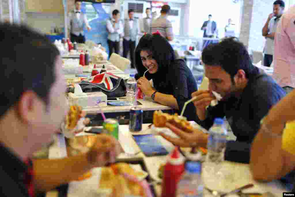 Young people have lunch at a fast-food restaurant.