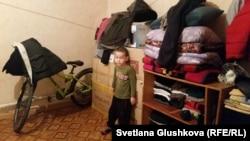 Пятилетний Абильмансур Мейрамов стоит у коробок с вещами, которые собрали его родители перед предстоящим сносом их дома. Астана, 28 декабря 2015 года.