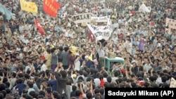 Zeci de mii de oameni, majoritatea tineri studenți, au protestat în mai și iunie 1989 în Piața Tiananmen, cerând democrație.