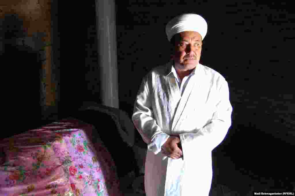 Замирбек Аубакирулы, смотритель мавзолея Жидебай-батыра.