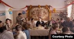 """Кадр из фильма """"Путь лидера"""": свадьба Нурсултана и Сары."""
