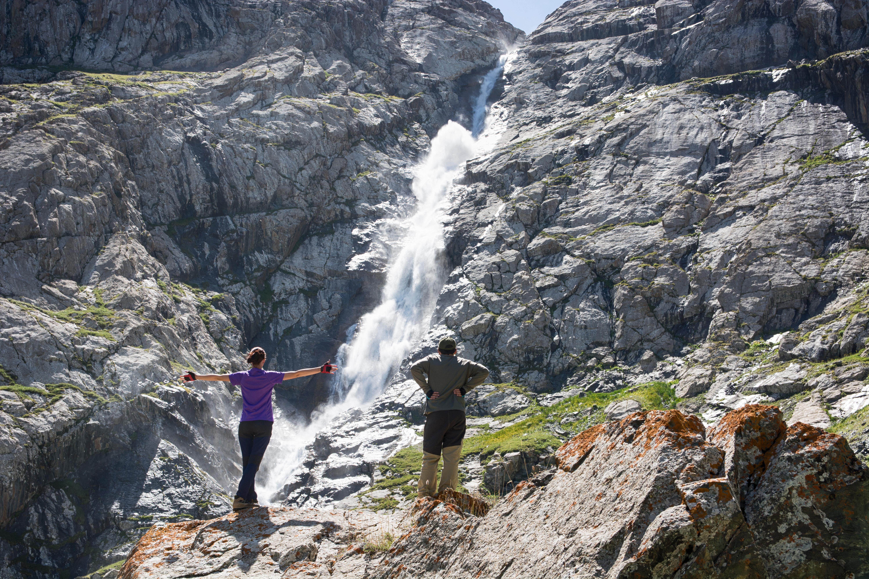 На снимке – популярное в Казахстане туристическое место, водопад в горной местности. Так ли это на самом деле?
