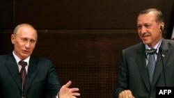 Türkiýäniň premýer-ministri Rejep Taýip Ärdogan (sagda) we Orsýetli kärdeşi Wladimir Putin Ankaradaky gol çekişlikden soň geçirilen metbugat konferensiýasynda, 6-njy awgust, 2009 ý.
