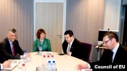 Primul ministru kosovar Hashim Thaci, șefa politicii externe a UE, Catherine Ashton, și premierul Serbiei, Ivicac Dacic, la negocierile de normalizare a relațiilor bilaterale, la Bruxelles la 27 ianuarie