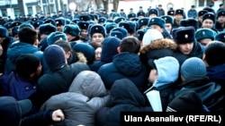 Қырғызстанның оппозициялық саясаткері Омурбек Текебаевтың жақтаушылары полициямен итерісіп жатыр. Бішкек, 26 ақпан 2017 жыл.