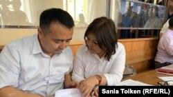 Серикжан Билаш, лидер незарегистрированного движения «Атажұрт еріктілері», на судебном слушании по его делу со своим адвокатом Айман Умаровой. Нур-Султан, 29 июля 2019 года.
