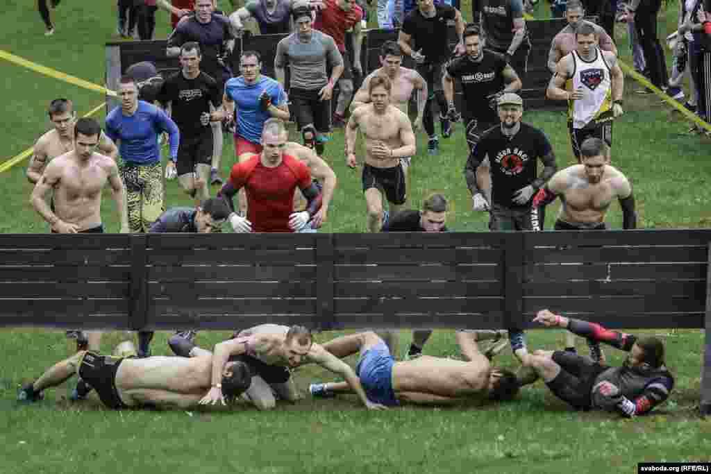Даже на преодоление пятикилометровой дистанции у профессиональных спортсменов-мужчин уходило в среднем полтора часа. Женщинам приходилось еще тяжелее: они в среднем заканчивали дистанцию лишь через 1 час 50 минут